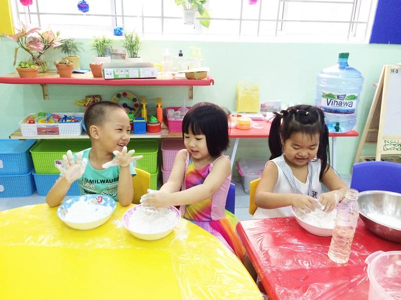 Dạy kỹ năng sống cho trẻ ngay từ độ tuổi mầm non giúp cũng góp phần hình thành tính cách và lối sống cho trẻ.